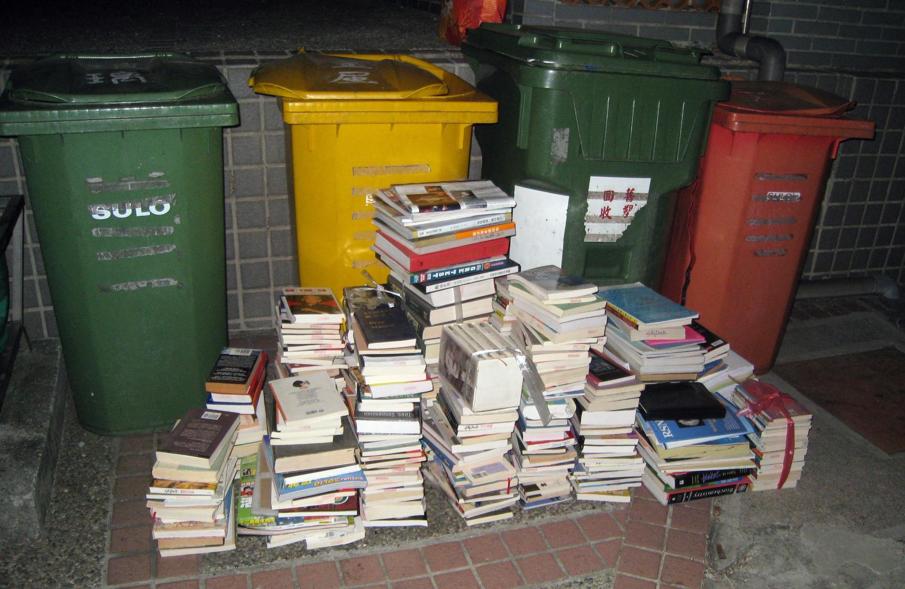 住院醫師期間,其中一次搬家,回收掉的書這麼多。當時,收紙的阿伯好開心。
